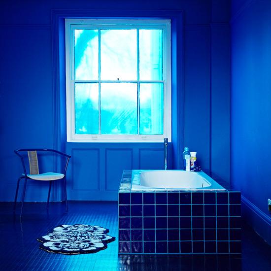 Baño Relajante Jacuzzi:Baños Modernos: baño azul Relajante