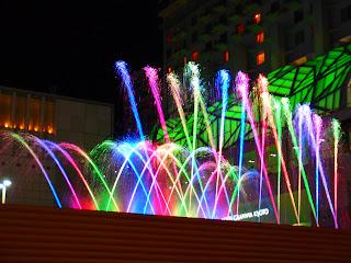 京都駅前の夜景、水と光と音楽の饗宴!