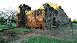 Prédio ocupado por uma escola fundamental na redução de San Cosme y Damián.