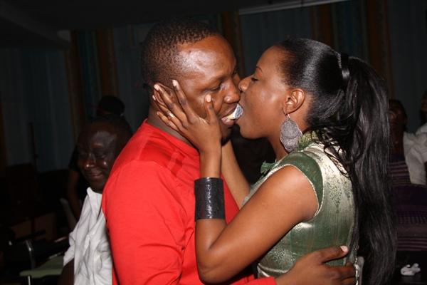 Hivi Ndivyo Husb wake alivyolishwa keki na kelele kibao za wapambe