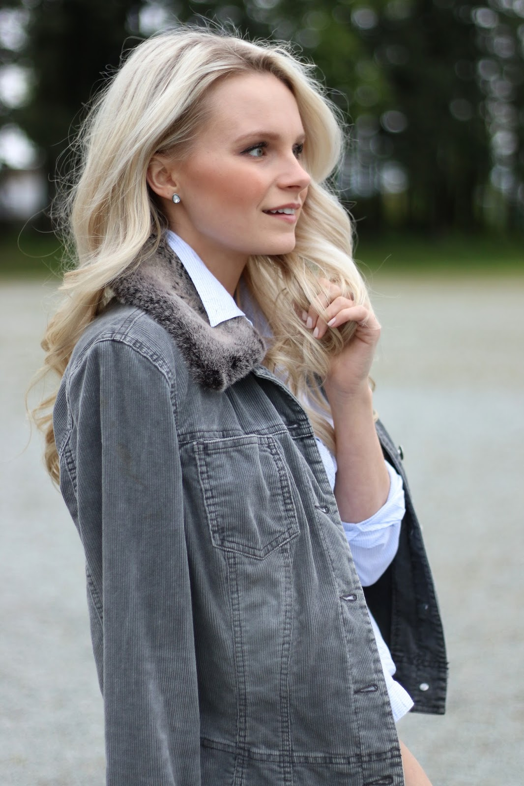 a blonde girls models vintage denim jacket with faux fur collar