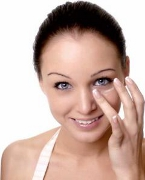 Informatii medicale despre ingrijirea zonei sensibile din jurul ochilor in functie de varsta