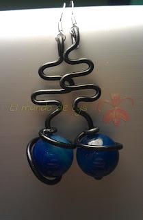 Pendientes de aluminio negro y bola de ágata azul