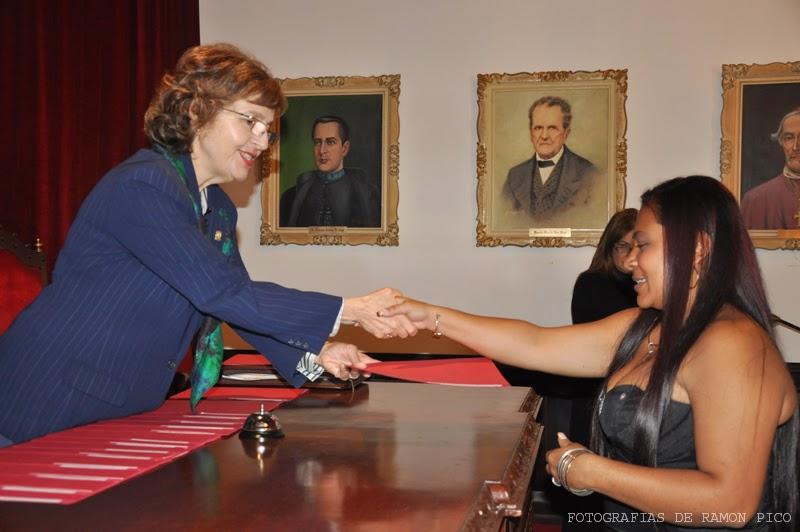 Patricia Rosenzweig Levy, vicerrectora académica,  entregó los certificados de estudios a 17 egresados de la primera Cohorte del Diplomado en Gerencia Comunitaria. (Foto: Ramón Pico)