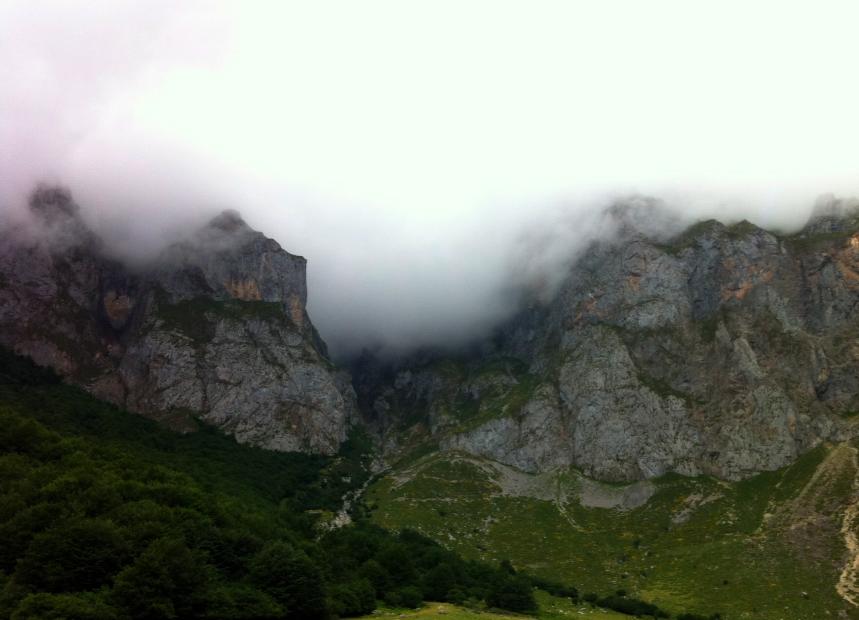 sara tobar, montañas, asturias, nubes,