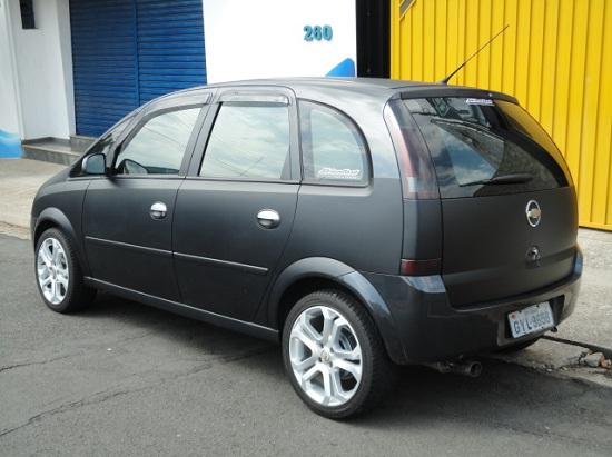 carros envelopados em preto fosco