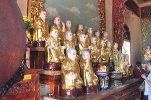 Buddha statues at Bà pagoda