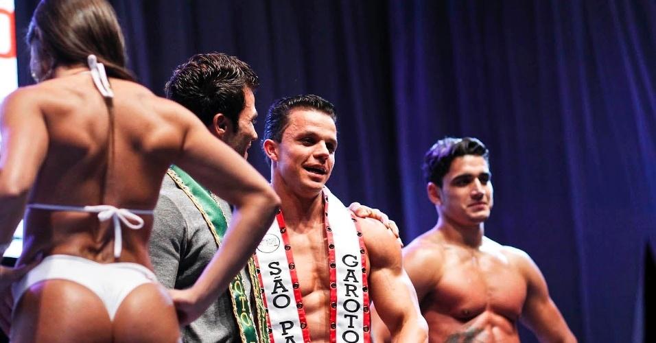 O Garoto Fitness São Paulo 2012 é abraçado por Junior Moreno, Garoto Fitness Brasil 2012