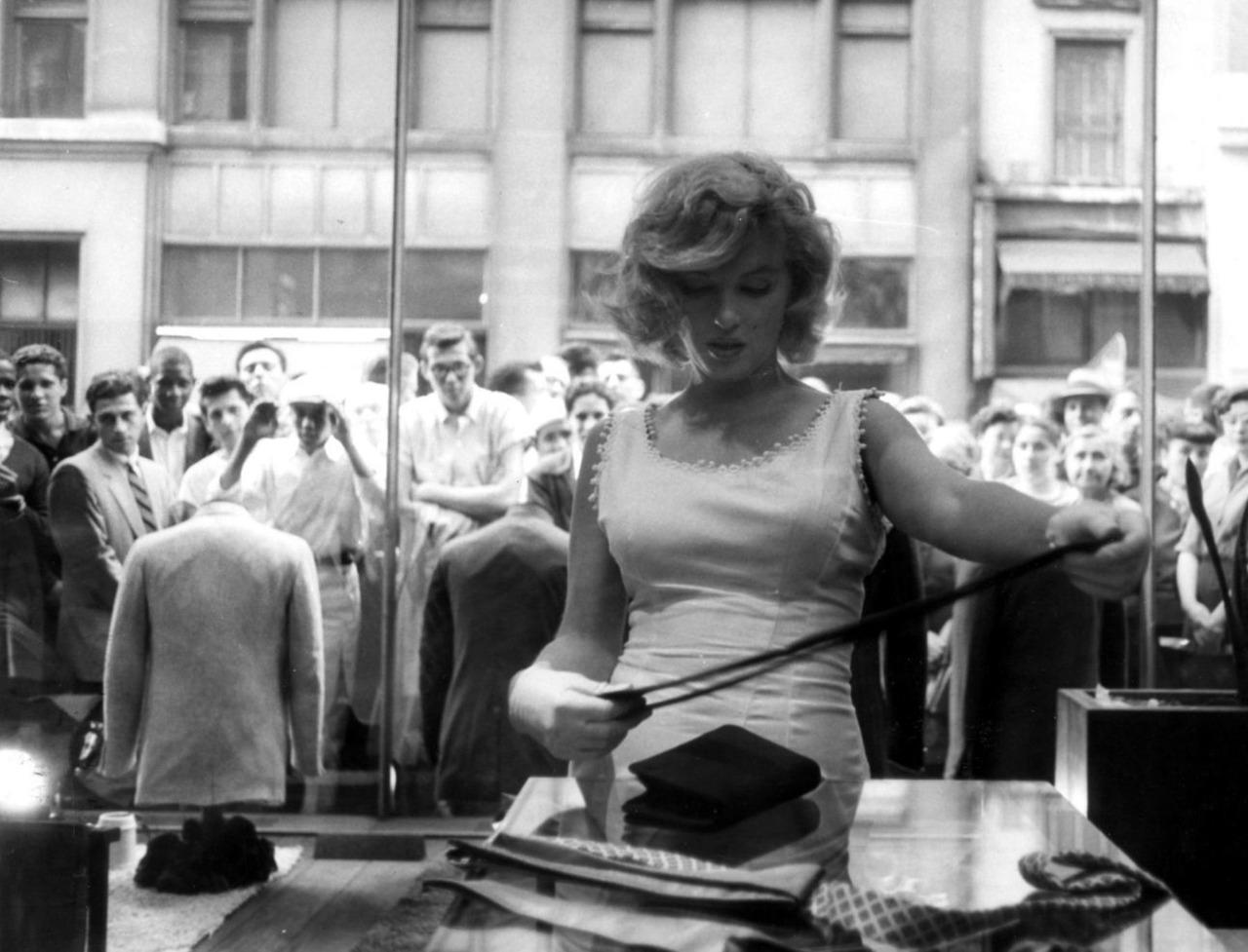 http://1.bp.blogspot.com/-feNJp1O2EJ4/TnPQHEClJ7I/AAAAAAAAAXo/n2Q3_PhRtms/s1600/Marilyn_Monroe_shopping.jpg