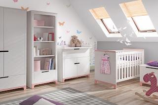 cuarto de bebé en rosa y blanco