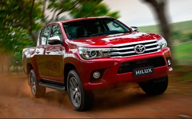 Nova Toyota Hilux, que será flex em 2016, já se parece com sedã