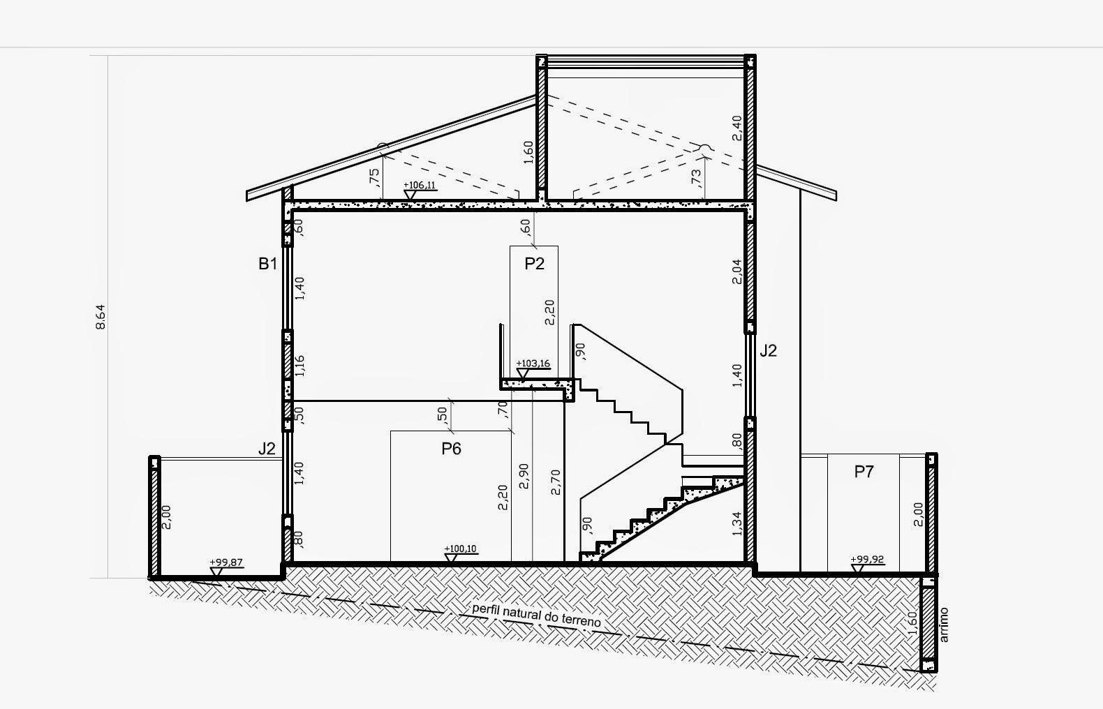 Na seção transversal temos a escada chegando ao pequeno corredor com vista para o pavimento térreo, diante de ambiente com pé-direito duplo