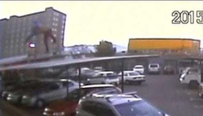 Seorang pria jatuh dari gedung lantai 17