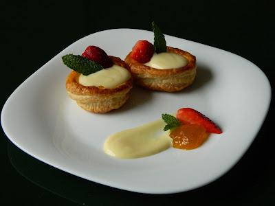 il ricettario da stampare - dolcetti alla pasta sfoglia con marmellata di pesche, crema di mascarpone e fragole