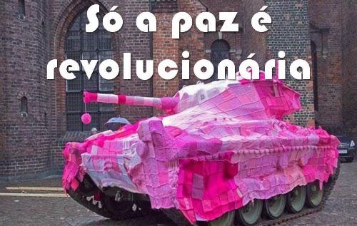 """Tanque de guerra coberto com pano cor de rosa. Da série """"só a paz é revolucionária"""", publicada por Augusto de Franco no Facebook."""
