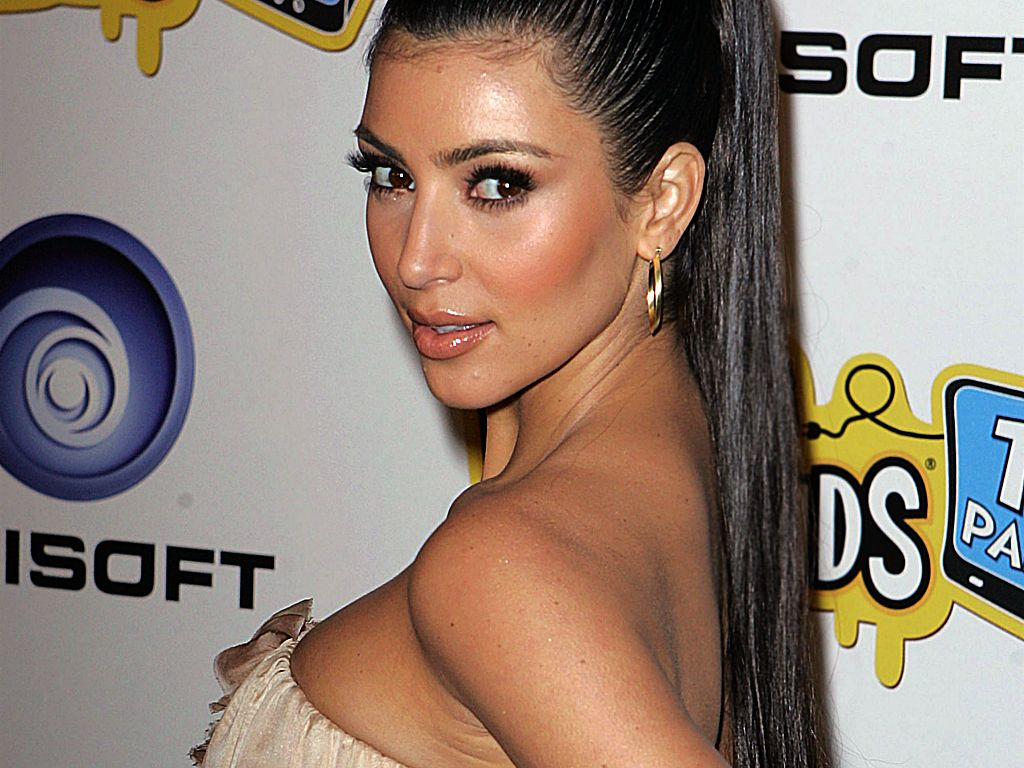 http://1.bp.blogspot.com/-fghdCHLrU2k/TrOyu2EoPvI/AAAAAAAABDo/LD0th-m-fW8/s1600/Kim-Kardashian-cute-wallpaper_big_size.jpg