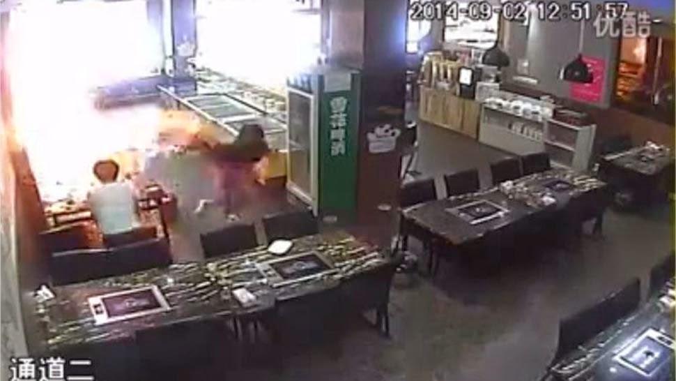 Camarera prende fuego a una clienta: vídeo