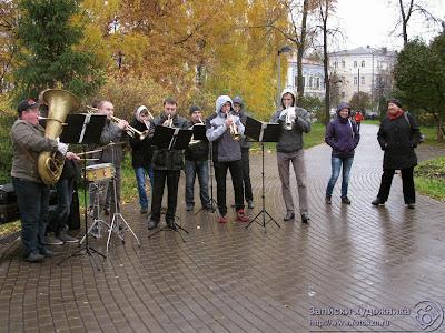 Катерина, ирина и духовой оркестр на Черном озере