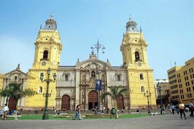 La ciudad de Lima. Peru. La Catedral de Lima fue construida en el año 1535 y es un edificio de arte colonial. Ha sobrevivido varios terremotos por ello ha tenido varias remodelaciones. Es semejante a la Catedral de Sevilla por decisión del arzobispo Jorónimo de Loayza.