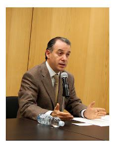 El Dr. Raúl Cervantes en su conferencia de prensa.
