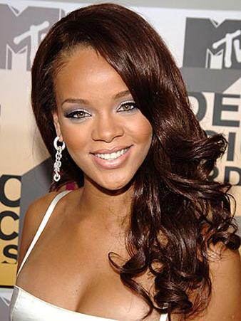 Rihanna Yana Ayrılmış Kahverengi Dalgalı Saç modeli