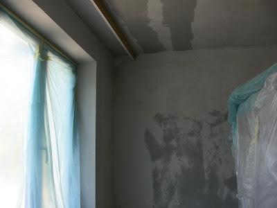 Glettelt fal, élvédőzött élek az ablak körül.