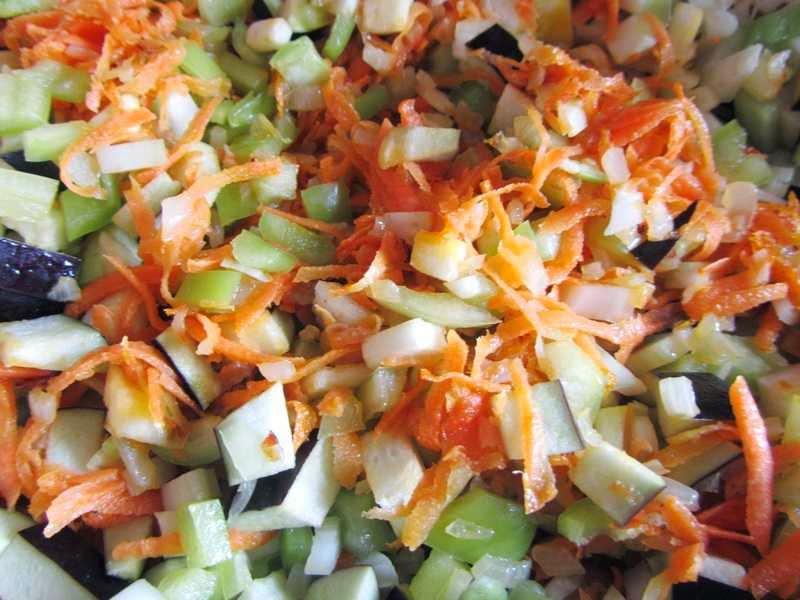 добавляем баклажаны, болгарский перец и сельдерей