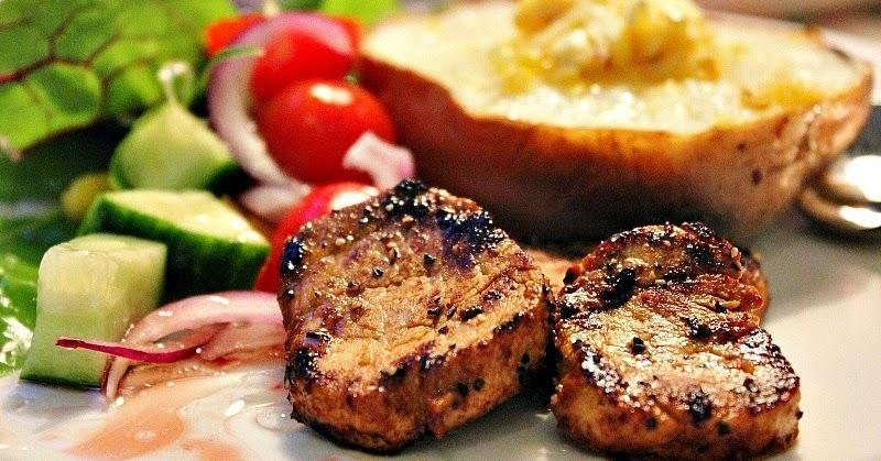 Två små kök Tabasco och whiskymarinerad fläskfilé till grillen eller pannan med bakad