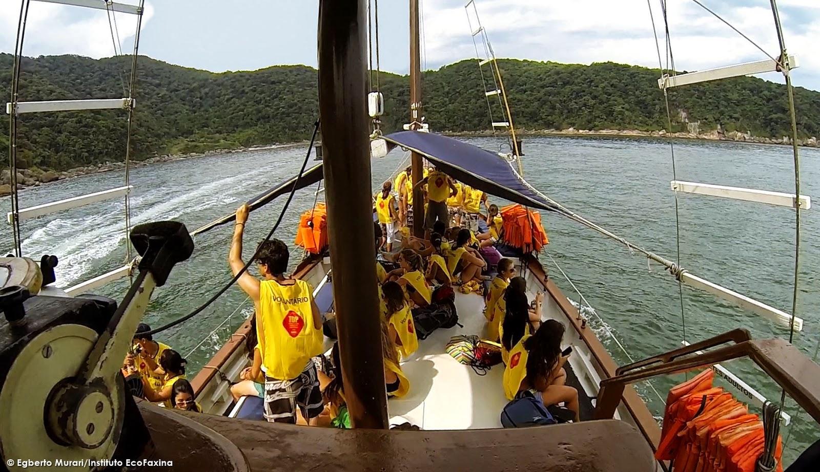 Calouros curtindo o visual à bordo da escuna em durante o Trote Ecológico EcoFaxina 2014