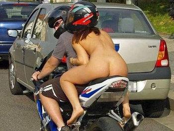 Motos e mulheres peladas