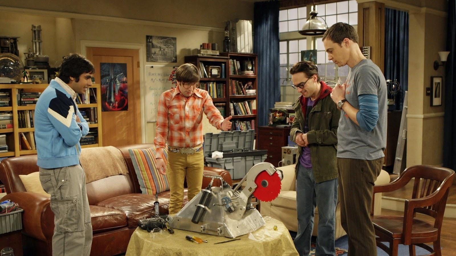 Los cuatro protagonistas de The Big Bang Theory, con uno de sus inventos