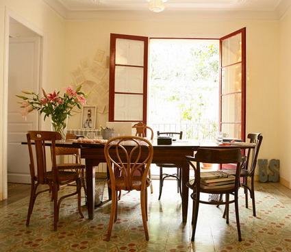 Calas decoraci n mesas de comedor con sillas diferentes for Comedor sillas diferentes