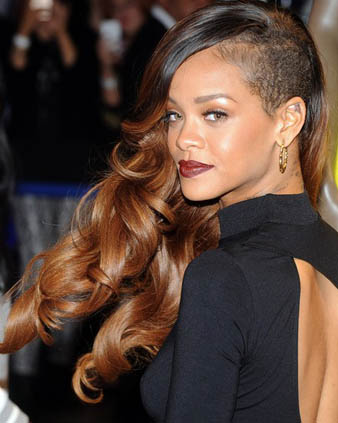 Mohawk saç modeli saçların bir kısmının kazınmış olması bir diğer kısmının ise uzun olmasıdır. Bir nevi asimetrik saç kesimi de denilebilir ama mohawk tabiri daha uygundur. Her zaman belirttiğim gibi Rihanna uzun ve kısa saçlarında genelde mohawk saç kesim tarzını kullanmaktadır. Rihanna bu defa yine bu tarz ile karamel uzun ve iri dalgalı saç modelini bütünleştirmiş ortaya çılgın bir görünüm çıkarmıştır.