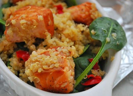 Komosa ryżowa z łososiem i szpinakiem