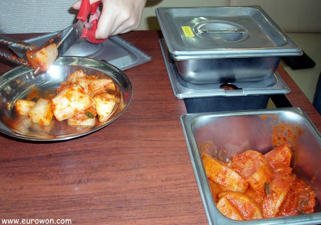 Preparando kakkdugi en un Sinseon Seollongtan