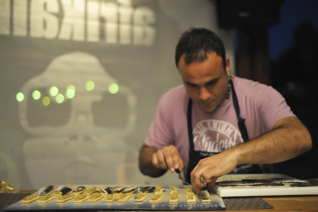 Ángel León, de Aponiente, preparando las sardinas ahumadas con hueso de aceituna