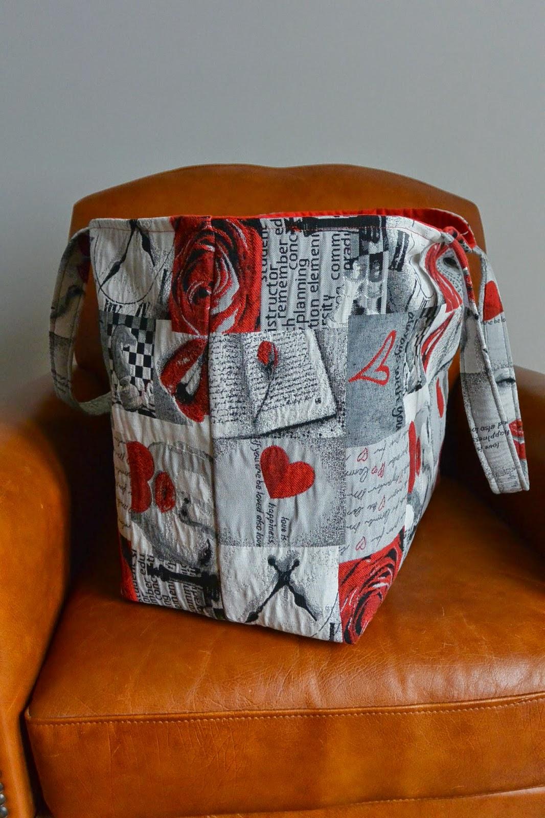 Sac XXL en tissu jacquard, grosse capacité de rangement. 2 poches intérieures. Rouge et bisous saint valentin.