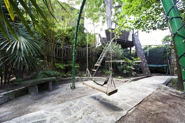 Juegos infantiles en un jardín Londinense