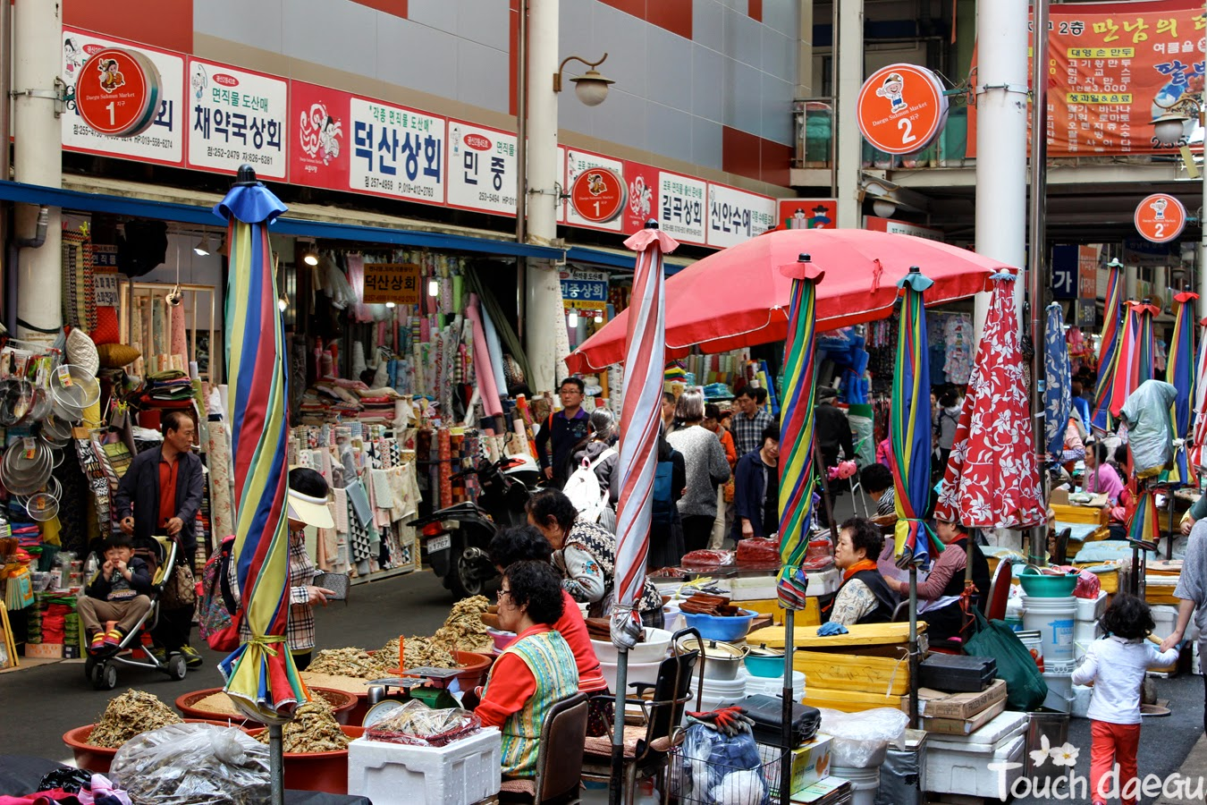 Market merchants are waiting for customers in Seomun market