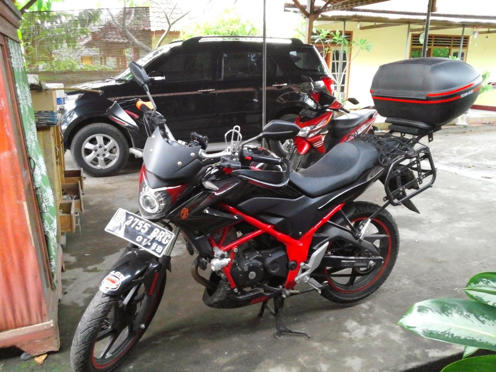otoasia.net - Modifikasi Honda CB150R Streetfire dengan mengikuti konsep Daily and Touring uses. Kesan gahar juga terlihat dari balutan warna full hitam dengan perpaduan warna merah marun dibeberapa bagian.