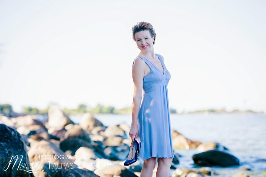 naine-seisab rannas