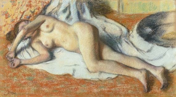 peinture au pastel du peintre Edgar Degas  1886 1888 femme allongée près d'une cuvette contorsionnée tordue sur une serviette nue visage caché flouté Art français