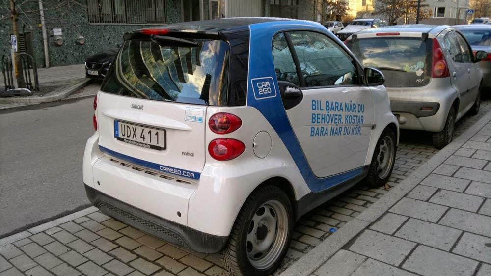 En SMART: En liten tvåsitsig bil som är lätt att parkera och manövrera till skillnad mot större bilar.