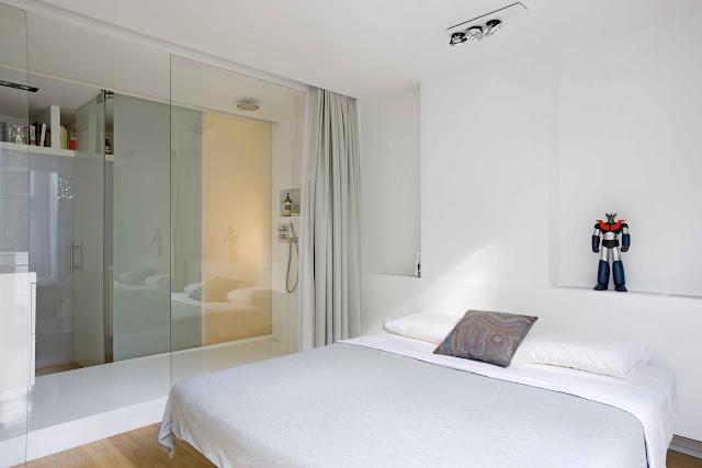 natürliches Licht im Bad, ein Vorhang sorgt für Sichtschutz falls nötig