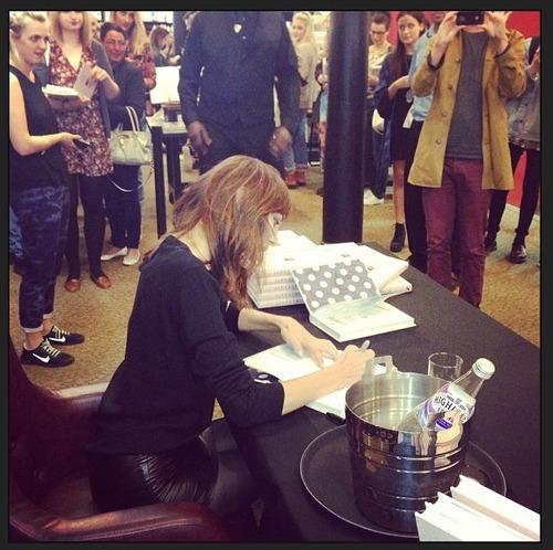 alexa chung firmando libros