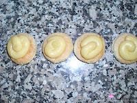Añadiendo la crema pastelera