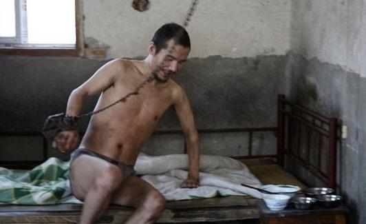 Kerana Cinta Lelaki Ini Terpaksa Dirantai dan Dikurung Selama 21 tahun