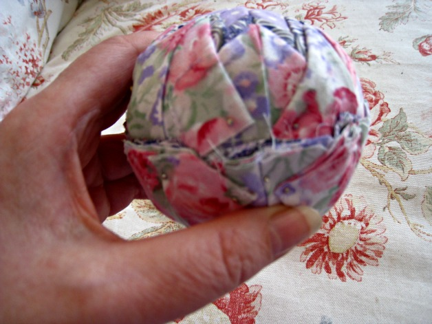 RosMadeMe: No Sew Quilted Ball - Christmas Tutorial No 3 : quilted ball - Adamdwight.com