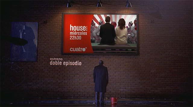 Hugh Laurie mirando un cartel
