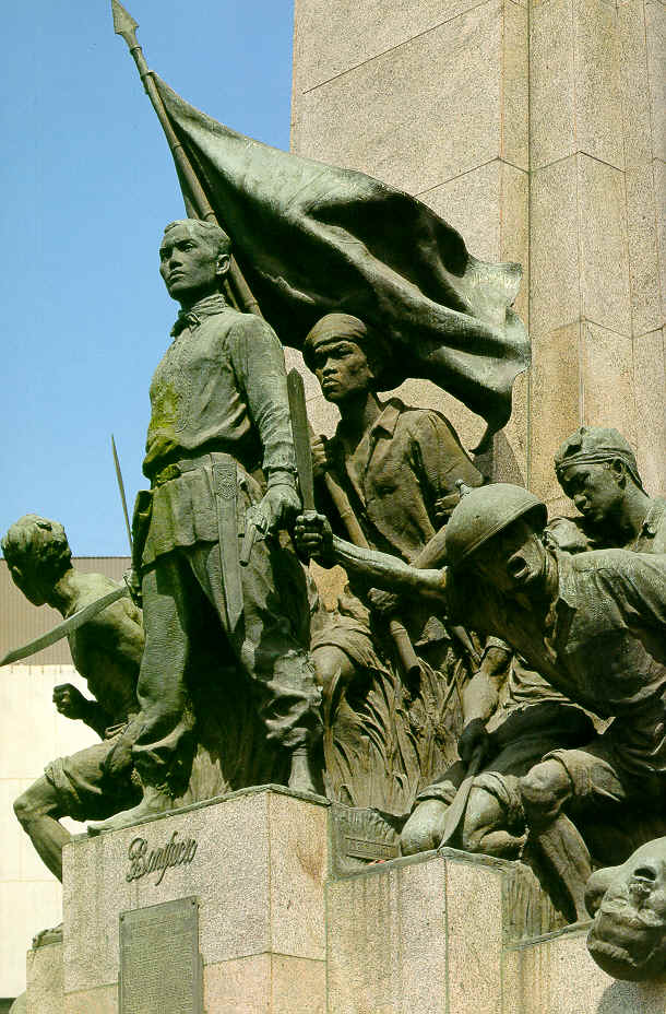 andres bonifacio with the katipuneros monument